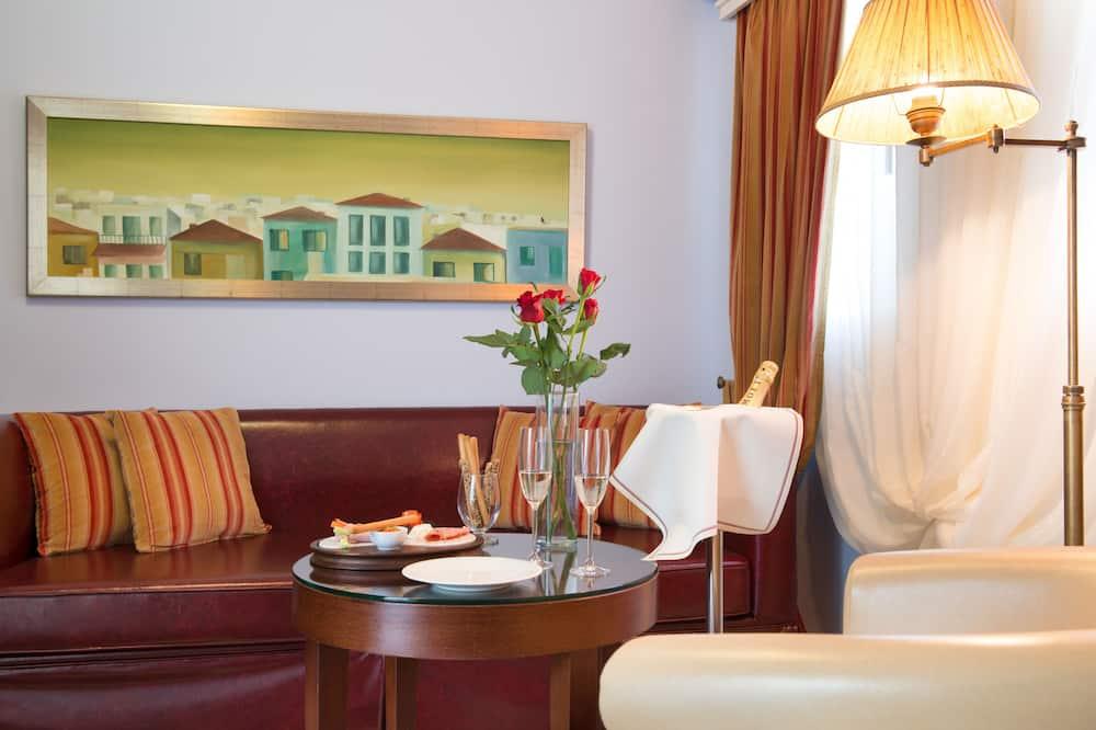 Suite, 2 Bedrooms, Partial Sea View - Living Area