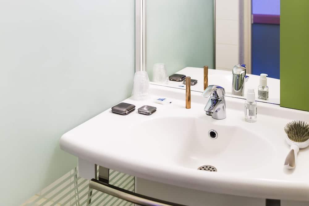 Tek Büyük Yataklı Oda, 1 Çift Kişilik Yatak - Banyo Lavabosu