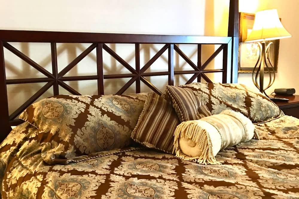 Honeymoon Suite, 1 King Bed - Guest Room