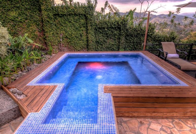 Hotel Boutique Villa Toscana, Atenas, Outdoor Spa Tub