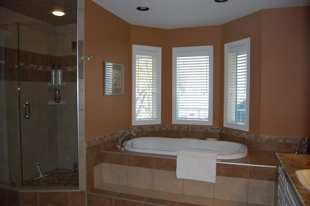 Lakeview - Bathroom