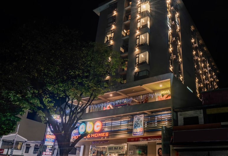 ABC Hotel Cebu, Cebu, Hotelfassade am Abend/bei Nacht