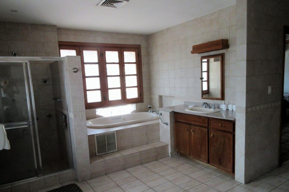 Spoločná zdieľaná izba typu Superior, viacero postelí, bezbariérová izba, výhľad na mesto - Kúpeľňa