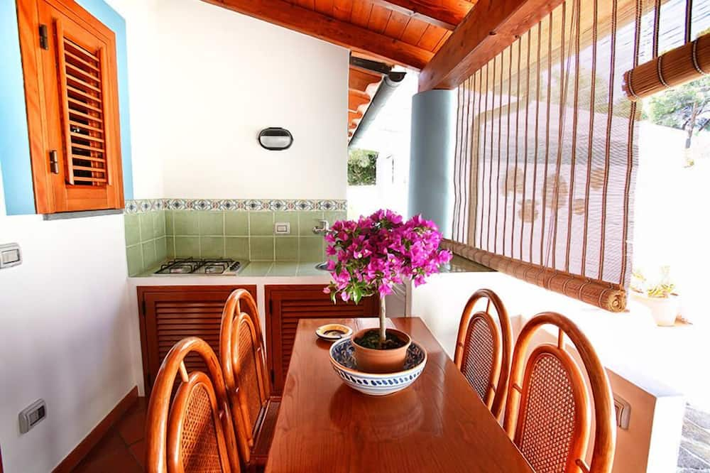 Family Apartment, Kitchen, Courtyard Area (4 guests) - In-Room Dining