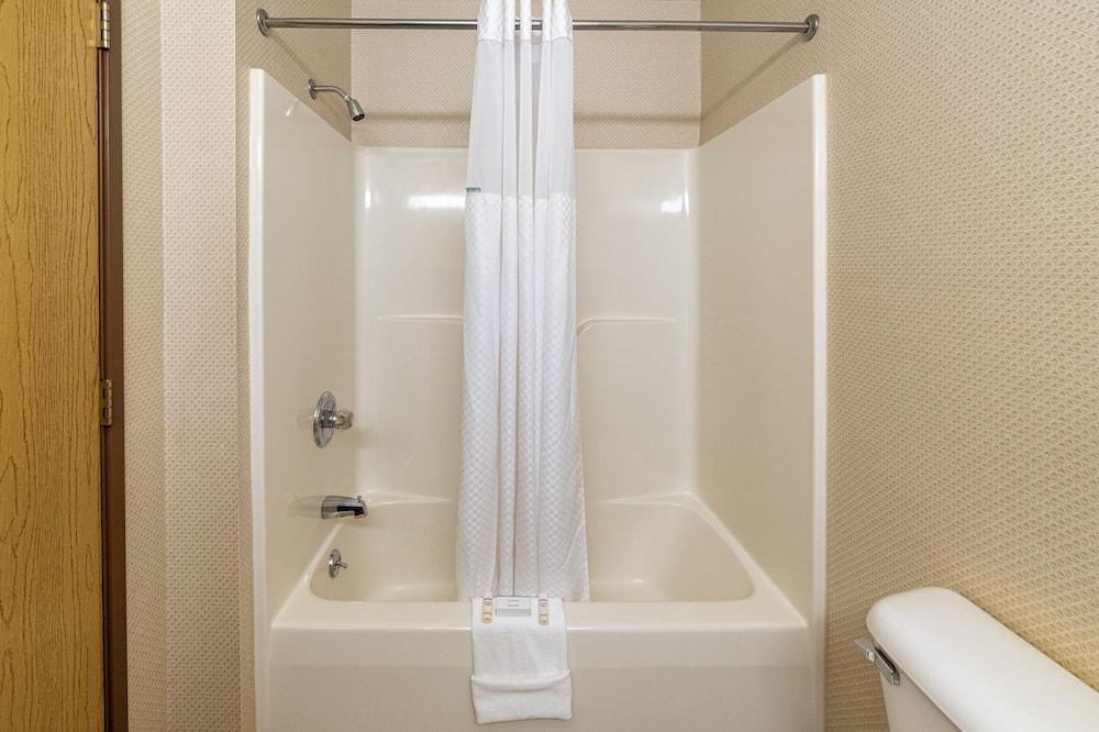 Premium Double Room, 2 Queen Beds, Non Smoking - Bathroom