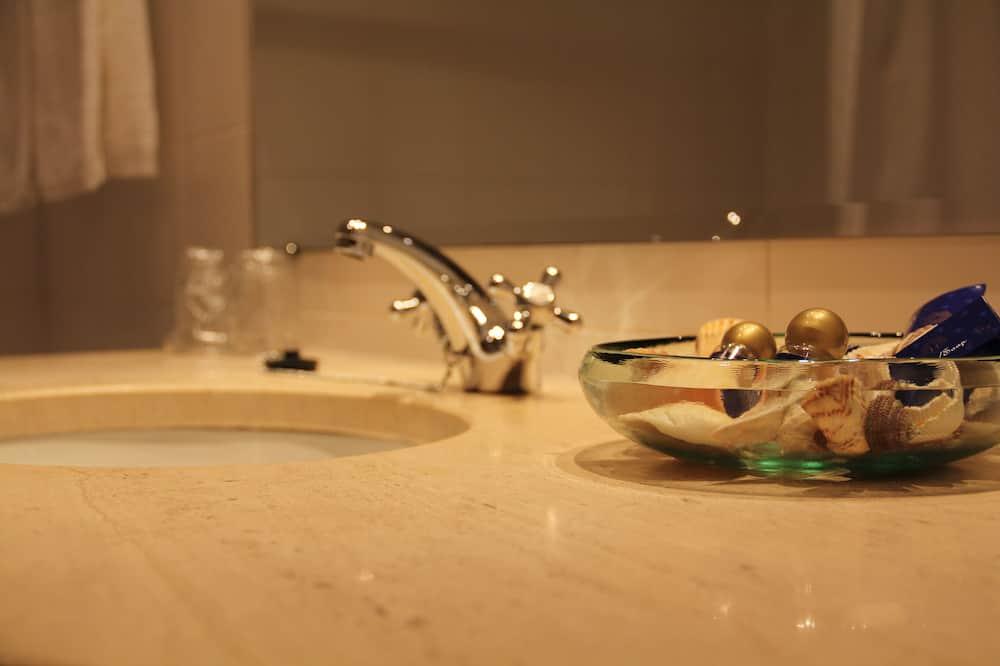Family Room (2 adults + 1 child) - Sink Bilik Mandi
