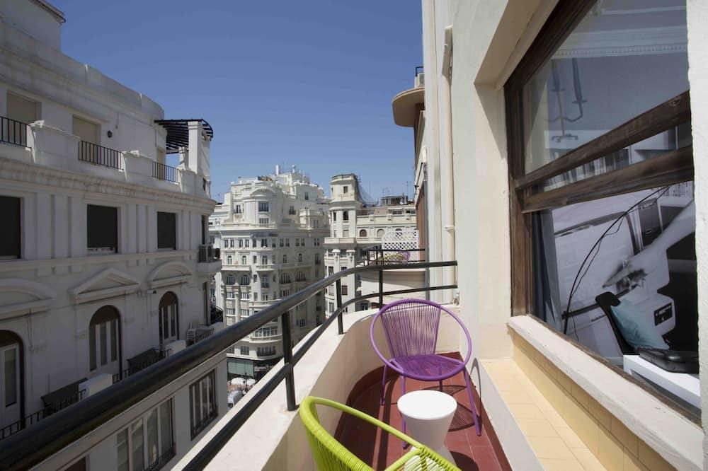 Двухместный номер с 1 двуспальной кроватью, 2 односпальные кровати, балкон, вид на город - Балкон