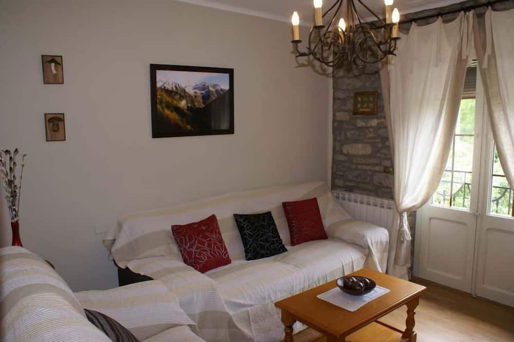 Maja, 6 magamistoaga, terrass (3 double beds and 6 single beds) - Elutuba