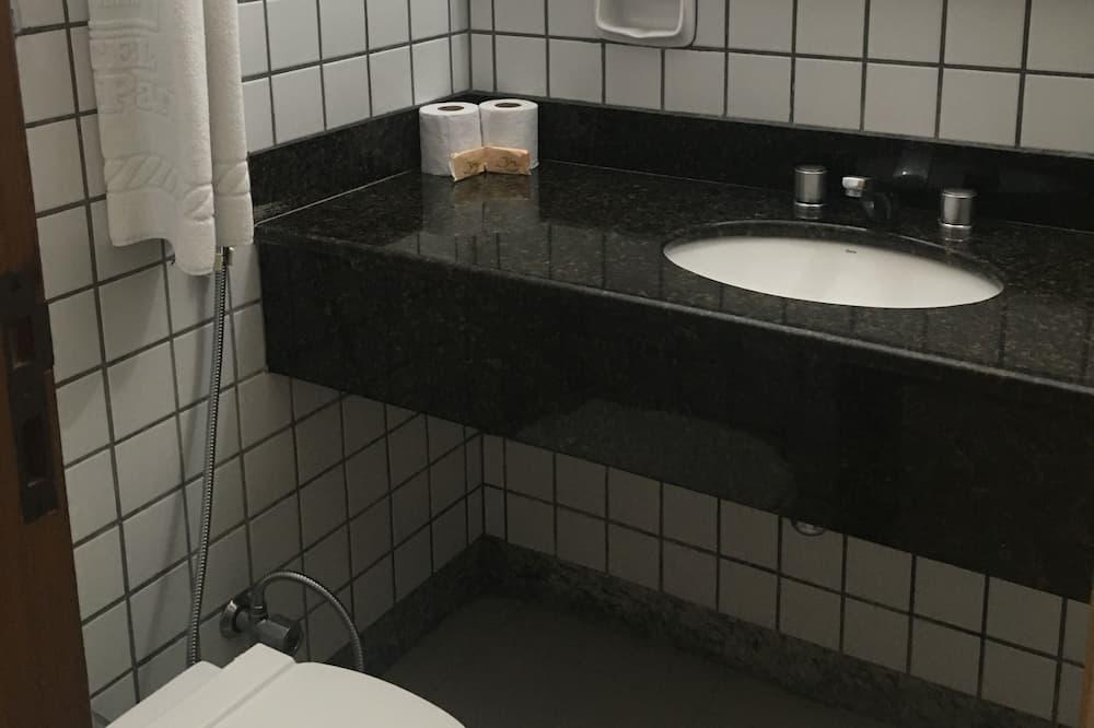 Standard - kolmen hengen huone, 3 yhden hengen sänkyä, Tupakointi kielletty, Näköala lahdelle - Kylpyhuone