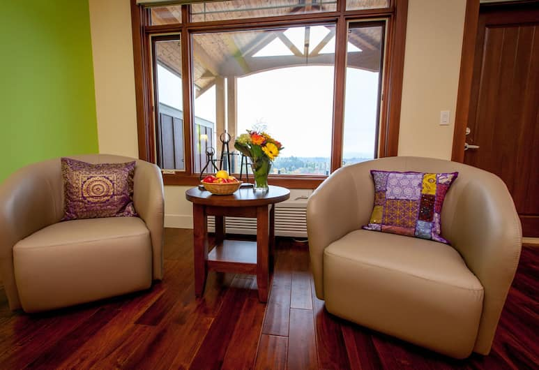Hillcrest Farm Market B&B by Elevate Rooms, Kelowna, Luxury Suite, 1 King Bed, City View, Living Area