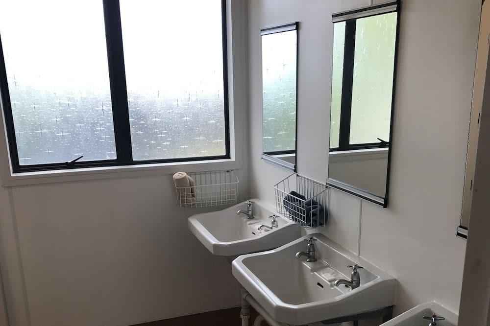 Dormitorio compartido básico, baño compartido (3A Standard 6 Bed Dorm) - Cuarto de baño