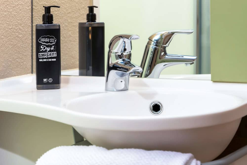 Room, Multiple Beds - Bathroom