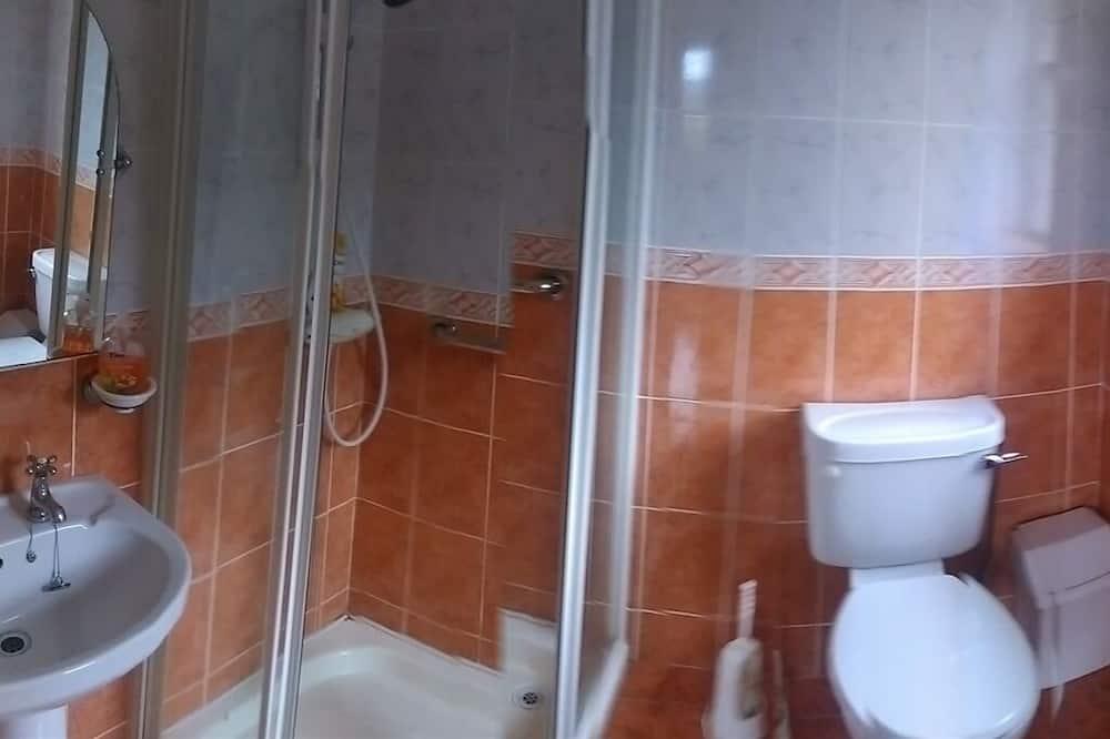Familie vierpersoonskamer, en-suite badkamer (Shower) - Badkamer