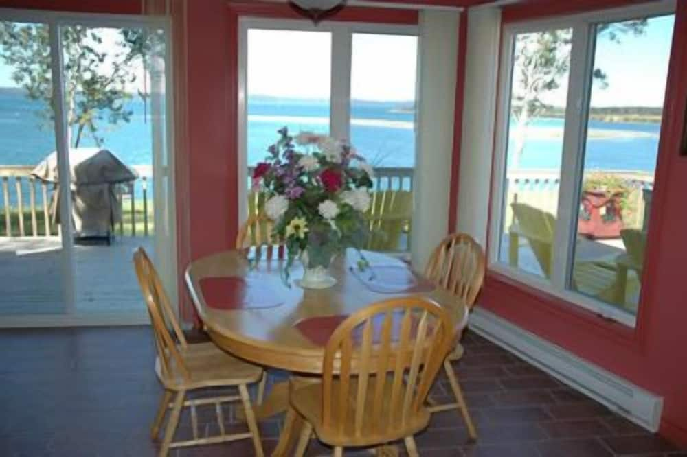 The Victorian Cottage, 2 Bedroom Wheel Chair Accessible - In-Room Dining