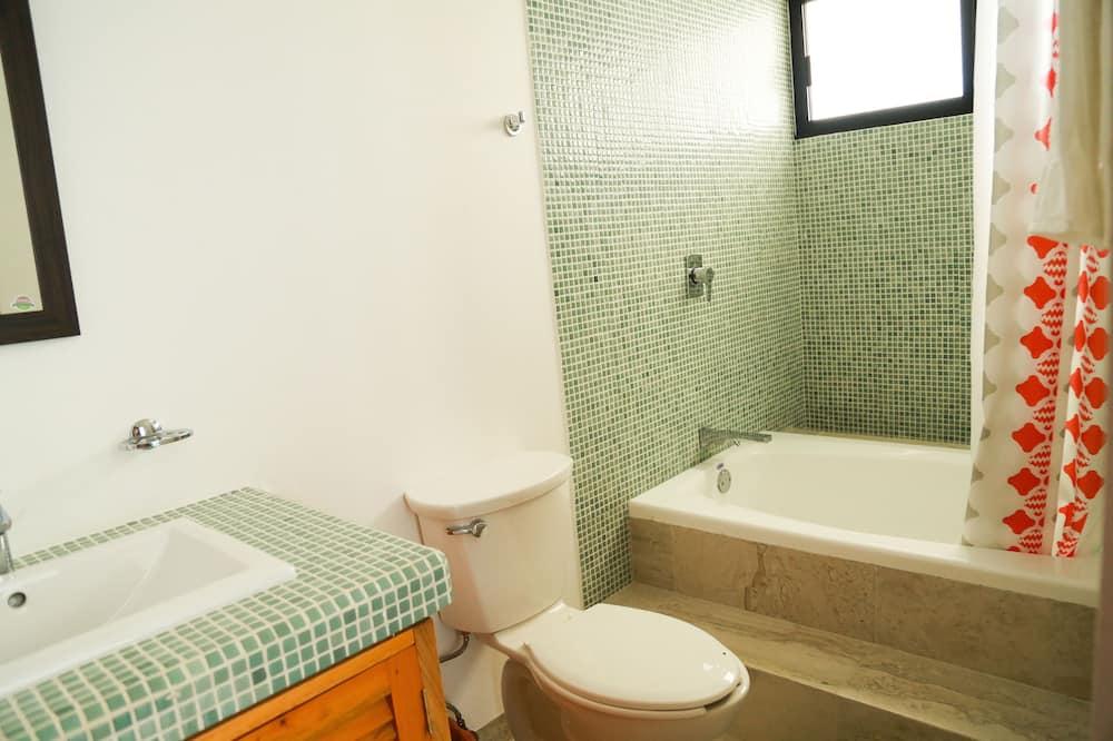 Deluxe Room, 1 King Bed, Ocean View, Sea Facing - Bathroom