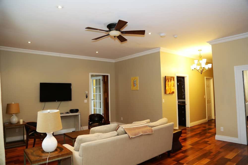 Premium Suite King with 1 Queen Accessible - Ruang Keluarga