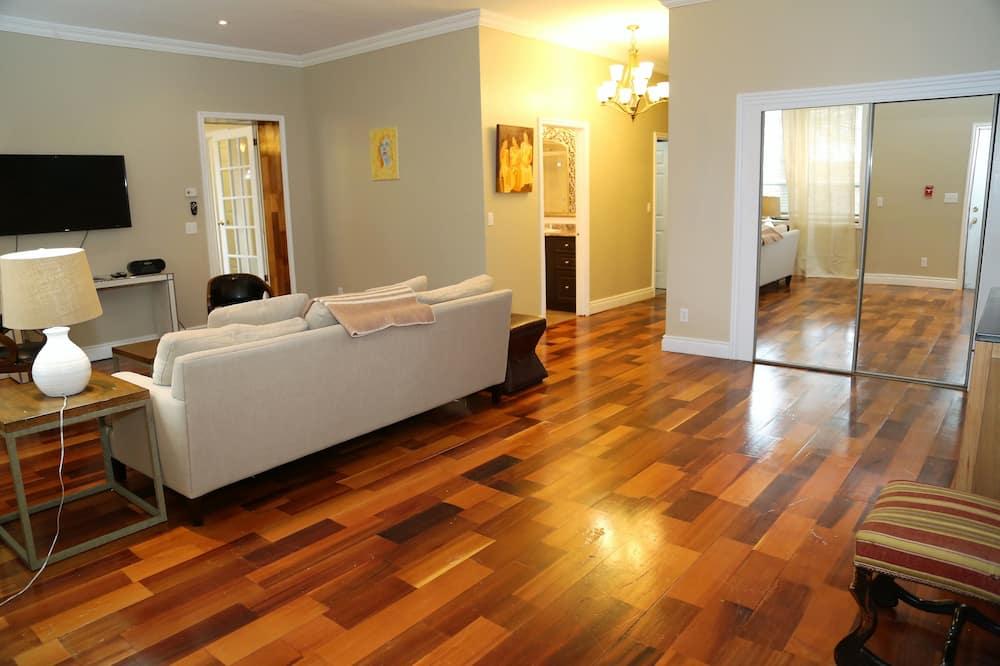 Premium Suite King with 1 Queen Accessible - Area Keluarga