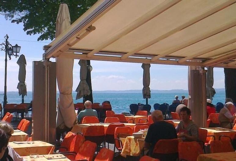 Albergo all'Ancora, גארדה, ארוחה בחוץ