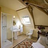 Trippelrum - privat badrum - utsikt mot trädgården (Room 19) - Badrum