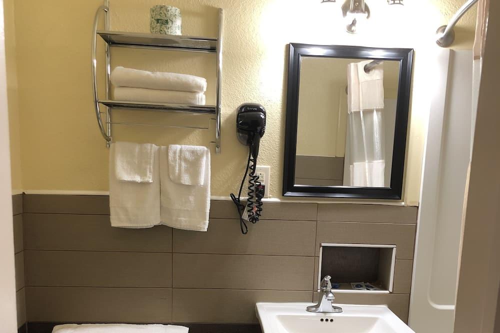 Chambre, 2 grands lits - Salle de bain