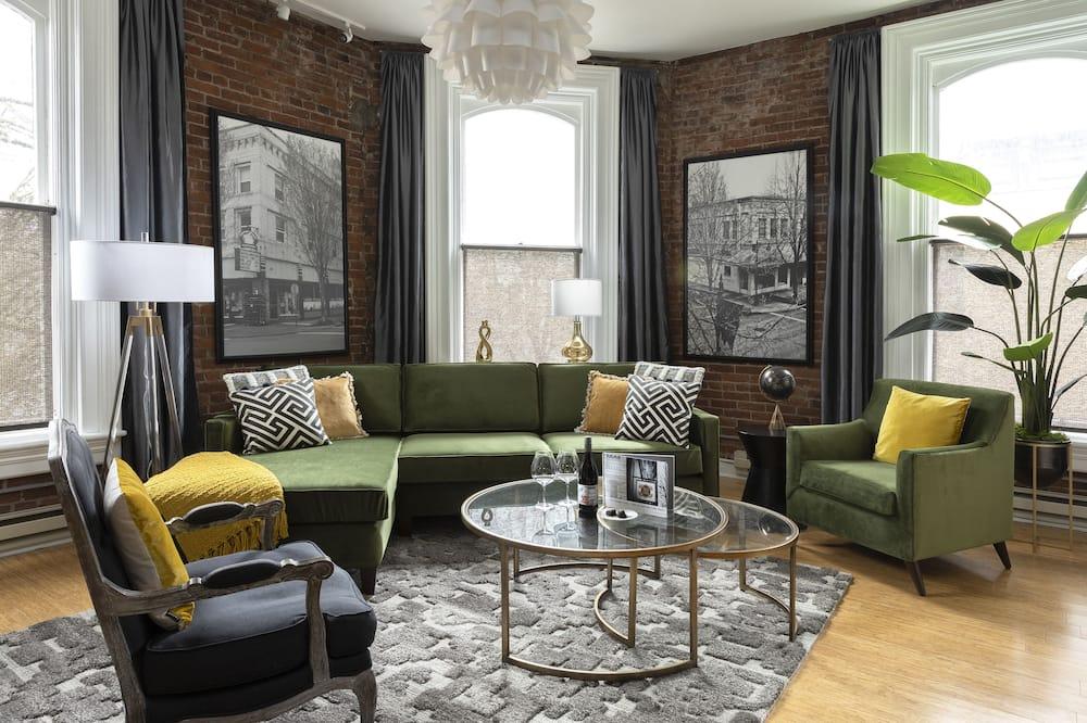 Романтические апартаменты, 1 двуспальная кровать «Кинг-сайз», для некурящих, камин (4TH) - Гостиная