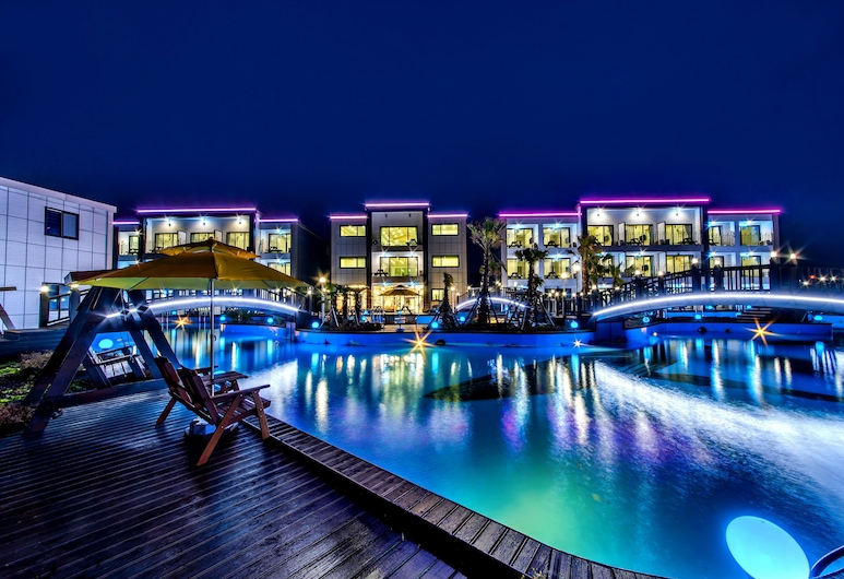 Water Garden Resort, Jeju City, Hotel Front – Evening/Night