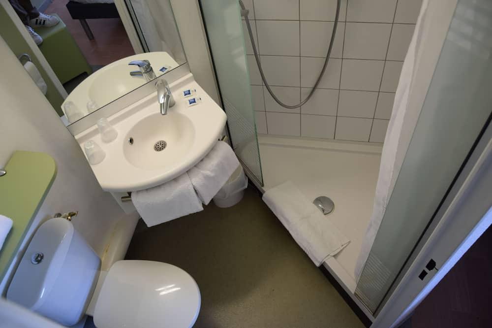 Chambre Double, plusieurs lits - Salle de bain