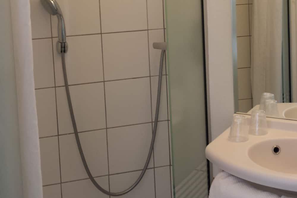 Chambre Familiale, plusieurs lits - Salle de bain