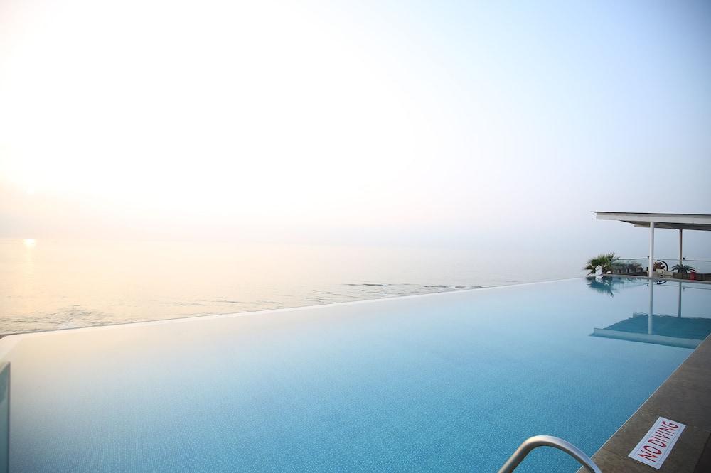Πισίνα με θέα