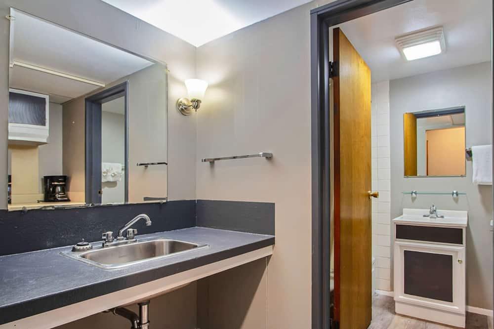 客房, 2 張標準雙人床, 非吸煙房, 冰箱和微波爐 - 浴室