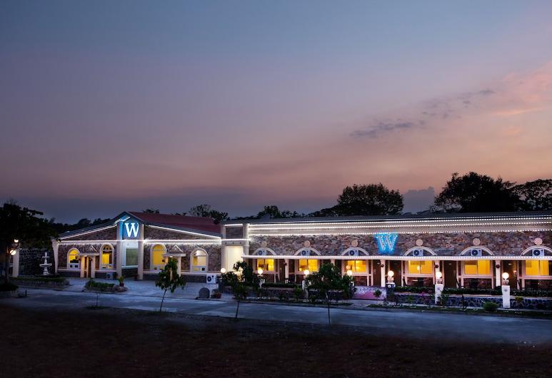 W Clark Hotel and Resort, Mabalacat City, Hotellin julkisivu illalla/yöllä