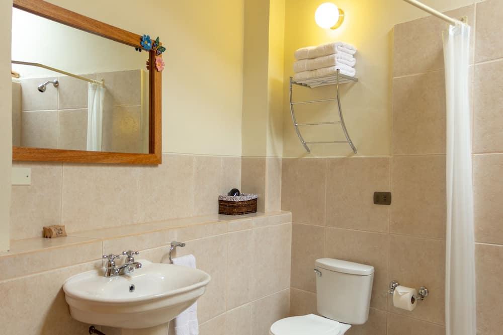 Kambarys (1 dvigulė / 2 viengulės lovos), atskiras vonios kambarys - Vonios kambarys