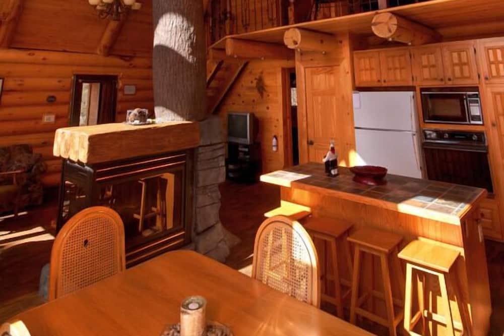 كوخ تقليدي - ٣ غرف نوم - منطقة المعيشة