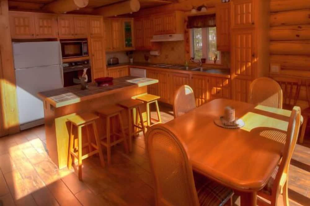 كوخ تقليدي - ٣ غرف نوم - تناول الطعام داخل الغرفة