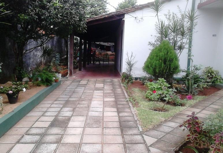 Nueva Alborada Lodging House, Fernando De La Mora, Courtyard