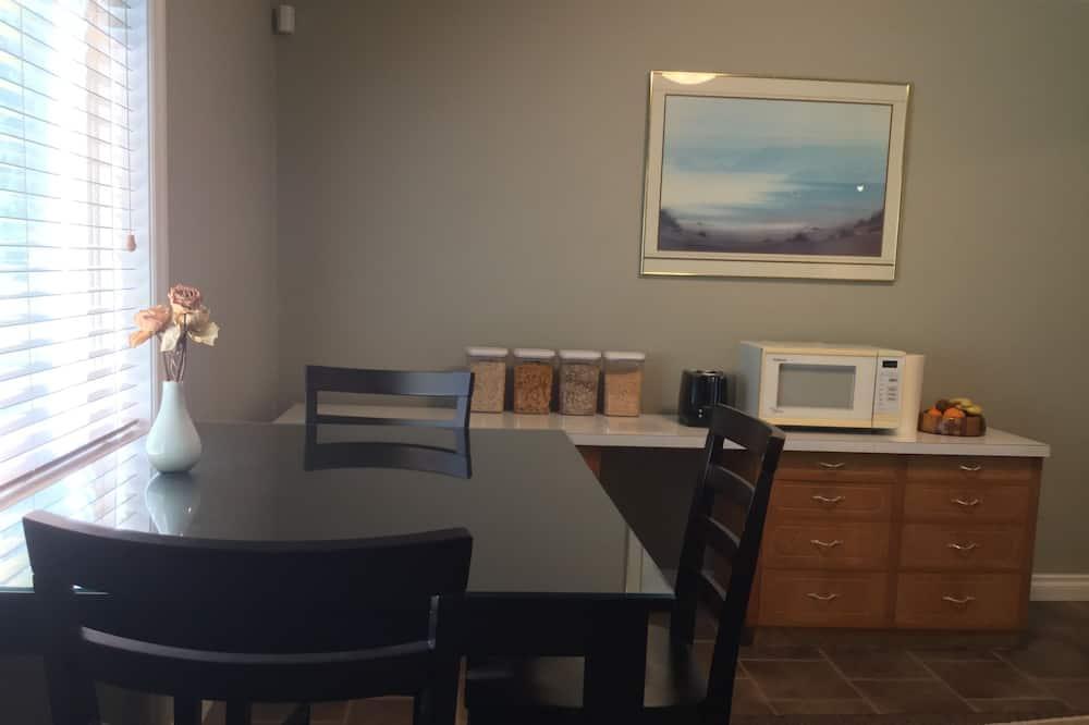 Superior stúdió lakosztály, 2 hálószobával, kilátással a kertre - Étkezés a szobában
