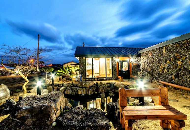 濟州比樂瓦特富爾之家, Jeju City, 住宿正面 - 夜景