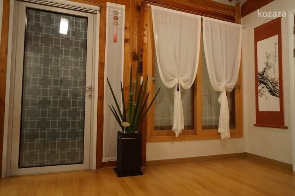 Korean Ondol Deluxe Room - Living Area