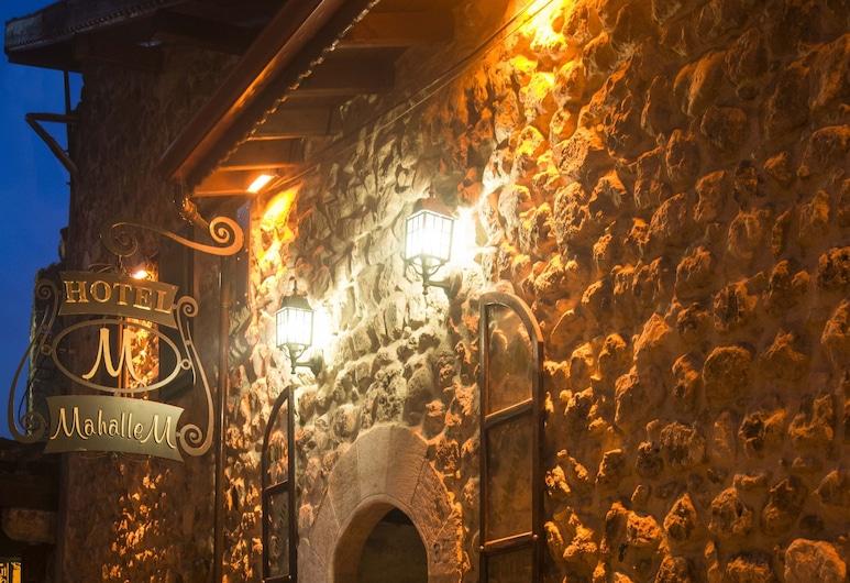 Mahallem Hotel, Antioquía, Fachada del hotel de noche