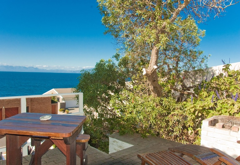 Roman Rock Studios, Cape Town, Budget Studio with partial sea view and barbecue , Terrace/Patio