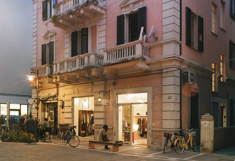 Maison Fleurie, Pescara, Hotellets facade - aften/nat