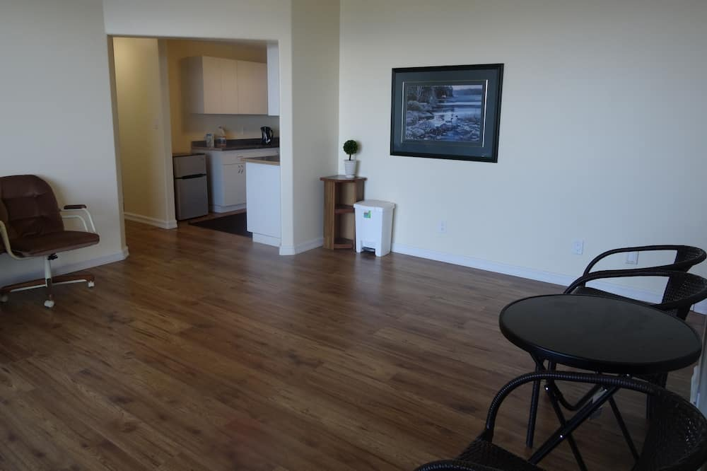 Deluxe Room, 2 Bedrooms, Ocean View - Living Room