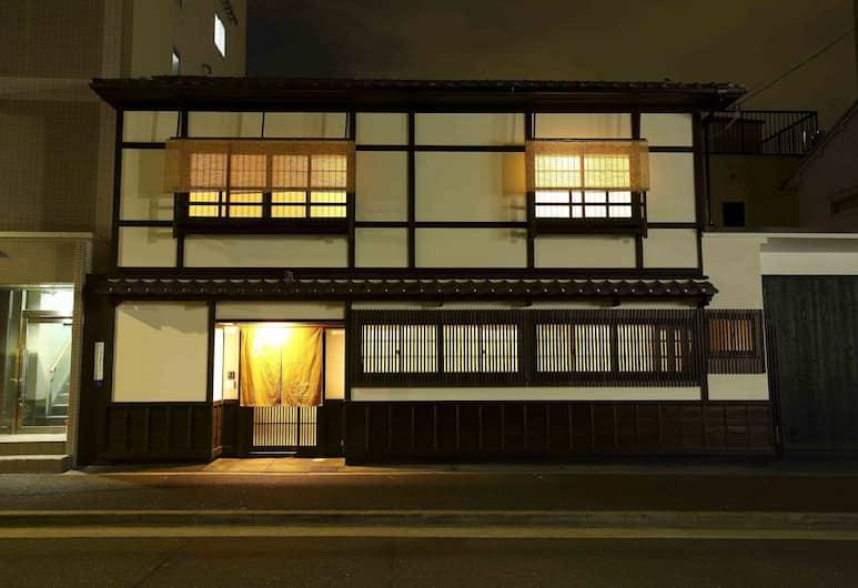 CAMPTON 1 艮, 京都市, ケンプトン1 (チェックイン方法はEmailにてご案内) シングルベッド4台 + 布団2組 一棟貸し 定員6名, 施設の正面 (日没後)