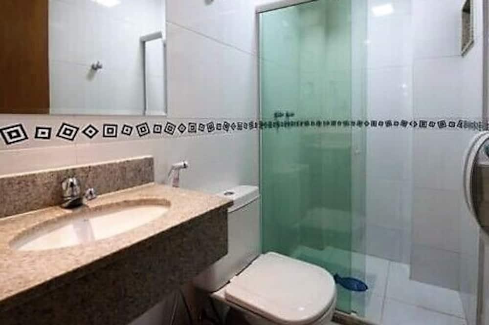 Room (1 Cama casal + 1 Cama solteiro) - Bathroom