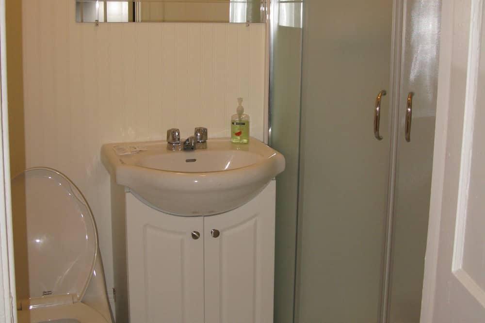 غرفة عادية - سرير مزدوج - بحمام مشترك - حمّام
