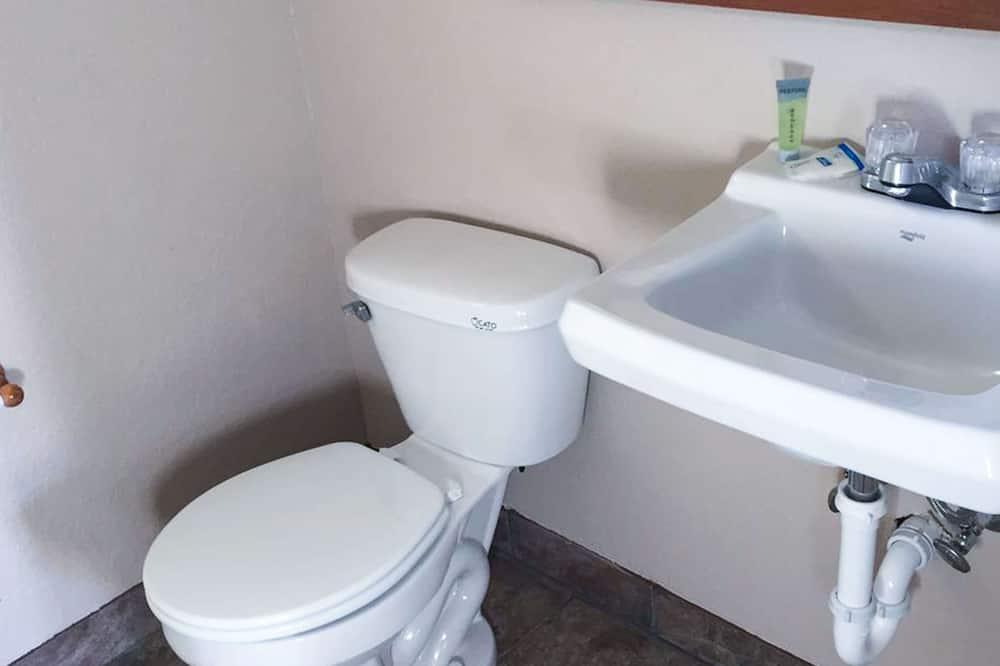 客房, 2 張加大雙人床, 非吸煙房, 冰箱和微波爐 (Small Pets Allowed) - 浴室
