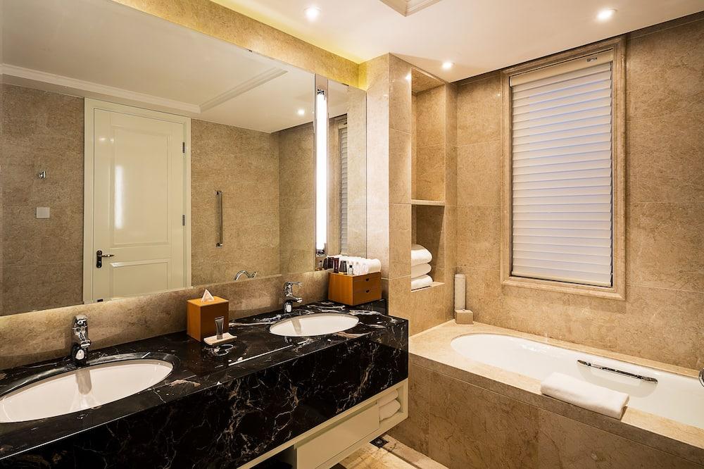Premier Room, 1 King Bed, Non Smoking - Bathroom