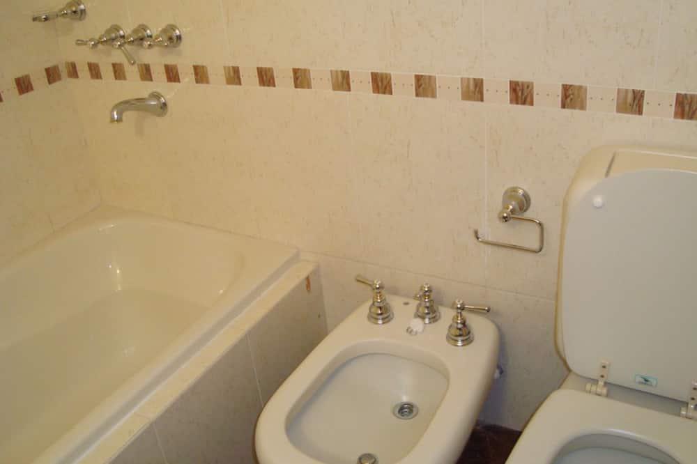 Kolmen hengen huone, 3 yhden hengen sänkyä, Oma kylpyhuone - Kylpyhuone