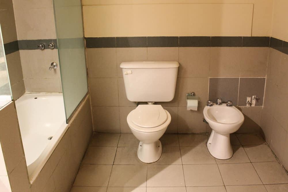 Basic Quadruple Room, Non Smoking - Bathroom