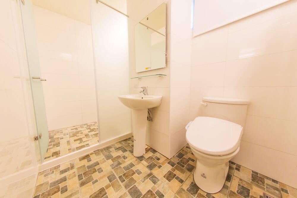 Superior-værelse med 2 enkeltsenge - Bruser på badeværelset